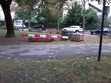 Bild zu den Vorbereitungen zumFamilienfest im Wiener Hügelpark: Straßenschilder